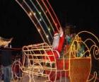 Święty Mikołaj machając do magicznego sanki załadowany
