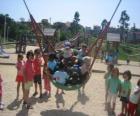 Grupa dzieci bawiące się w parku