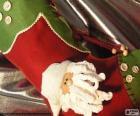 Świąteczne skarpety ozdobione twarz Świętego Mikołaja i przyciski