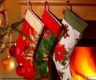 Skarpety świąteczne z dekoracją i powieszenie na ścianie komina