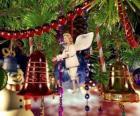 Dzwonki świąteczne i inne ozdoby wiszące z drzewa