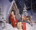 Santa u drzwi domu z reniferów i prezentów