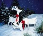 Dwa drewniane renifera z czerwonym łuk na dekorację świąteczną