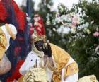 Król Baltazar w paradzie rzucają cukierki
