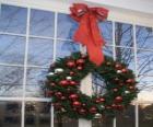 Duży wianki świąteczne ozdobiony dużą wstążką i bombki
