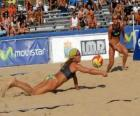 Siatkówka plażowa - Player oszczędności piłkę w oczach jego towarzysz