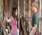 Miley Stewart (Miley Cyrus) rozmawia z Travis Brody (Lucas Till)