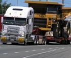 Samochód ciężarowy, przewożący duża wywrotka