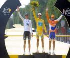 Podium z 97. Tour de France Alberto Contador, Andy Schleck i Denis Mienszow, w Łuku Triumfalnego i Champs Elysees w tle