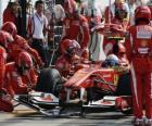 Fernando Alonso w alei serwisowej - Ferrari - Monza 2010