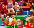Miś przebrany za Świętego Mikołaja i prezenty świąteczne