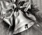 Dzwon Boże Narodzenie ozdobione holly liści i wstążki z dużym łuku