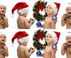 Dzieci z Santa Claus kapelusze i zabawy z ozdób choinkowych
