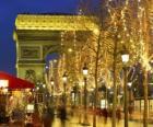 Champs Élysées świątecznej z Łuku Triumfalnego w tle. Paryż, Francja
