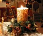 Świeczkę zapalają jako centralny ozdobione gałązki ostrokrzew i jodły