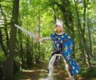 Dzielny i uroczy książę ze swoją tarczę i miecz
