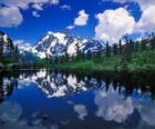 Jezioro odzwierciedla biura na wodach górskich