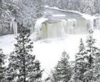 zamarzniętej rzeki w zimie