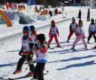 Typowe sceny zimowe z dziećmi na narty w góry