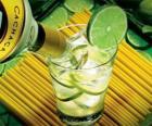 Caipirinha to brazylijski koktajl składający się z rumu, limonek, cukru i lodu.