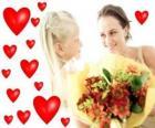 Dziewczyna z bukietem kwiatów dla matki i serca czerwone