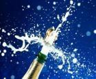 Uncorking butelkę szampana dla uczczenia nowego roku