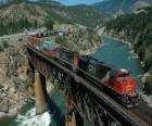 Pociąg towarów przewożonych przez most