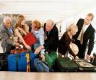 Kilka osób zbierania bagaz
