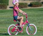 Dziewczyna jazda na rowerze w parku na wiosnę