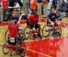 koszykarz dla wózka inwalidzkiego rzucanie piłką do kosza
