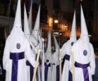 Chrzescijanie lub penitentów w procesji w Wielki Tydzień z kapturem lub stożka, szatę i płaszcz