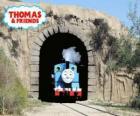 Przyjazny para lokomotywa Thomas wychodzi z tunelu