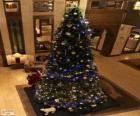 Choinki ozdobione błyszczącymi ornamentami