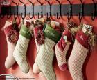 Pończochy wiszą świąteczne prezenty