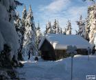 Kabina z drewna, w środku lasu po obfitych opadów śniegu
