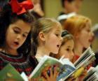 Grupa dzieci śpiewa kolędy