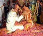 Narzeczeni na weselu lub małżeństwa po hinduskiej tradycji