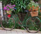 Rower z koszami kwiatów