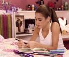 Violetta pisząc w swoim pamiętniku