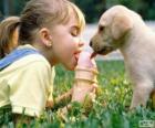 Dziewczyna i pies udostępnianie lody