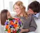 Mama odbiera bukiet kwiatów