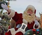 Święty Mikołaj z uśmiechem wita dzieci
