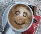 Uśmiechający się kawy z mlekiem