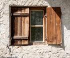 Okna z okiennicami drewna