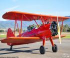 Czerwony dwupłatowy samolot