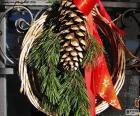 Rustykalne Boże Narodzenie wieniec wykonane z naturalnych materiałów i czerwoną wstążką z gwiazdą
