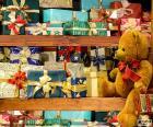Półki pełne prezenty na Boże Narodzenie, nawet pluszowego misia