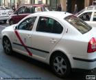 """Taxi od Madryt, są białe, z czerwonym paskiem na drzwi i znakiem """"TAXI"""""""