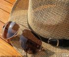 Okulary przeciwsłoneczne i kapelusz