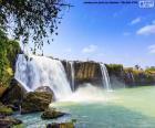 Wspaniały wodospad Dray Nur, znajduje się około 25 kilometrów na południe od miasta Buon Ma Thuot, Wietnam